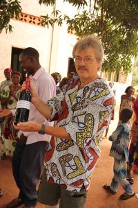 Foto: privat Stolz präsentiert Josef den ersten erzeugten Fruchtsaft der Frauengruppe aus Adjohoun